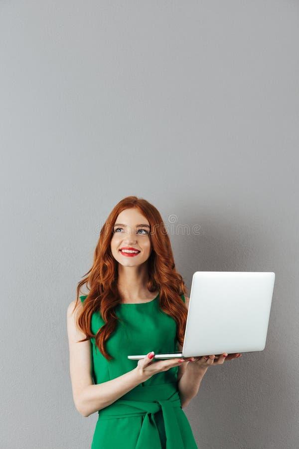 Portrait de femme de sourire de gingembre dans la robe verte semblant o ascendant photos stock