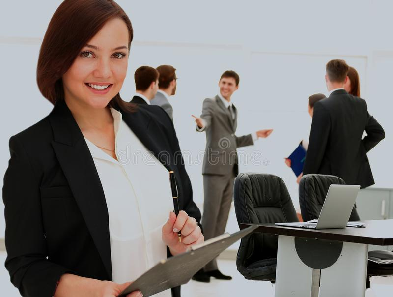 Portrait de femme de sourire heureuse d'affaires avec le dossier noir images stock