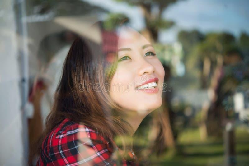 Portrait de femme de sourire de jeune beau hippie près du windo photographie stock