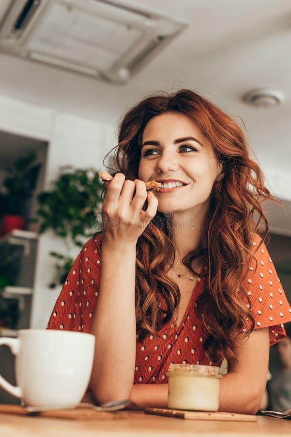 portrait de femme de sourire mangeant du soufflé savoureux images stock