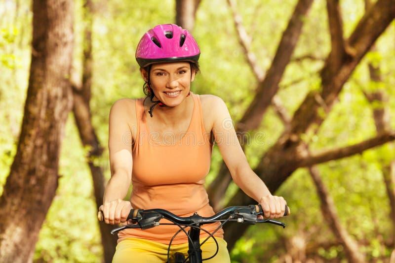 Portrait de femme sportive montant son vélo de montagne images libres de droits
