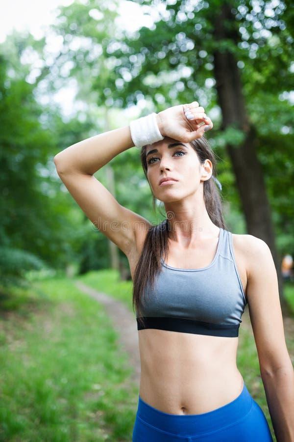 Portrait de femme sportive se reposant après fonctionnement en nature photographie stock