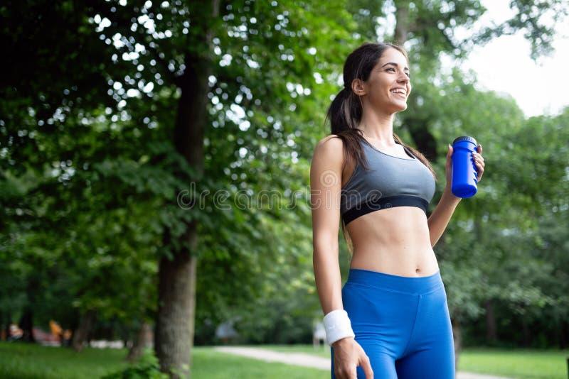 Portrait de femme sportive se reposant apr?s fonctionnement en nature photo libre de droits