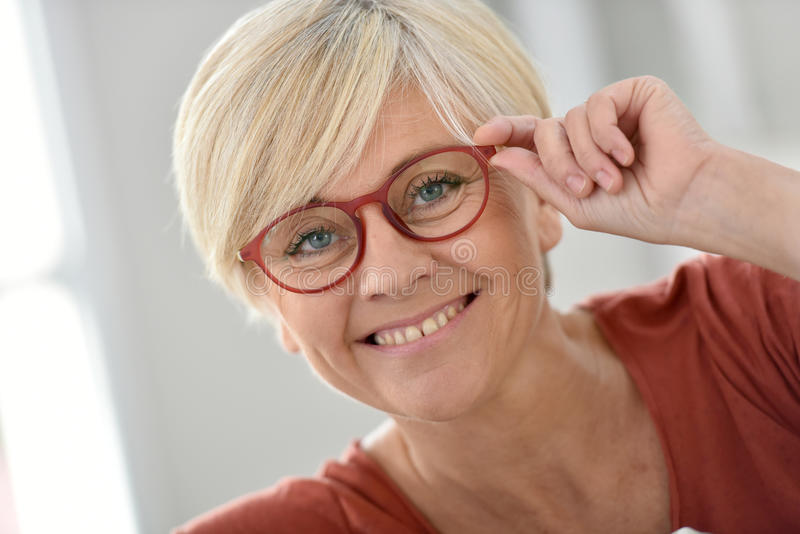 Portrait de femme supérieure à la mode de sourire images libres de droits