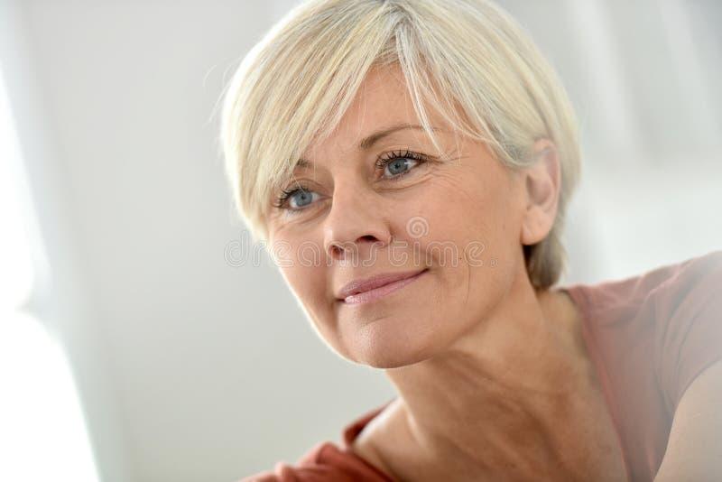Portrait de femme supérieure de sourire à la maison photo stock
