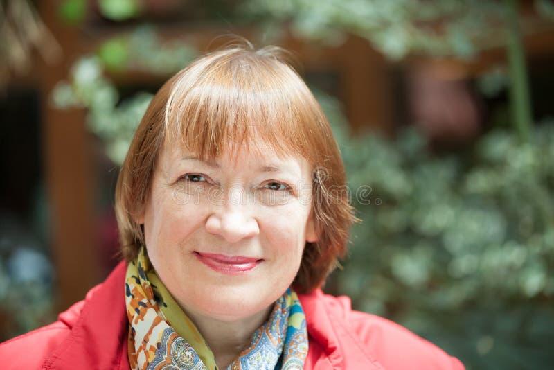 Portrait de femme supérieure de sourire photos libres de droits