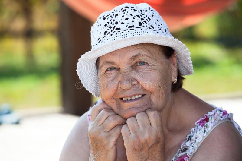 Portrait de femme supérieure de sourire, copyspace image stock