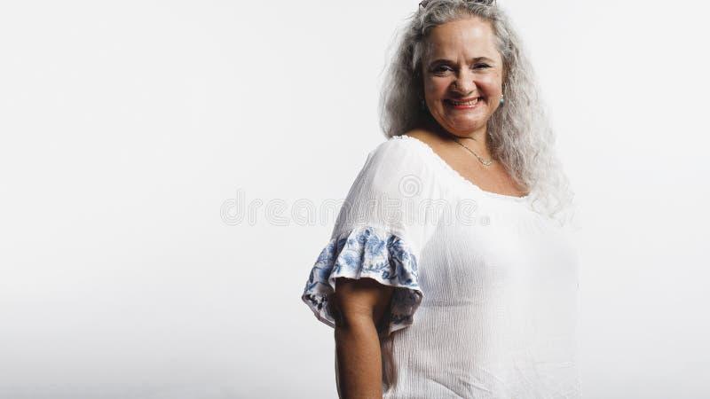 Portrait de femme sup?rieure gaie photo libre de droits
