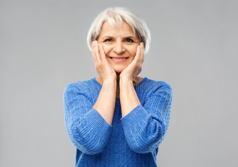 Portrait de femme sup?rieure de sourire dans le chandail bleu images libres de droits