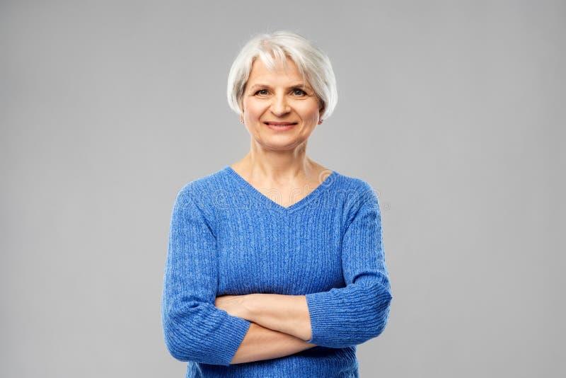 Portrait de femme sup?rieure de sourire dans le chandail bleu images stock