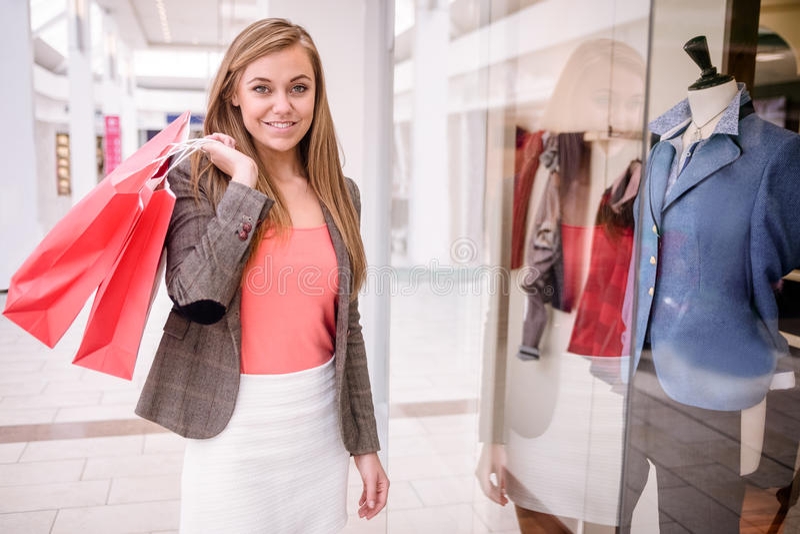 Portrait de femme tenant des paniers dans le mail images stock