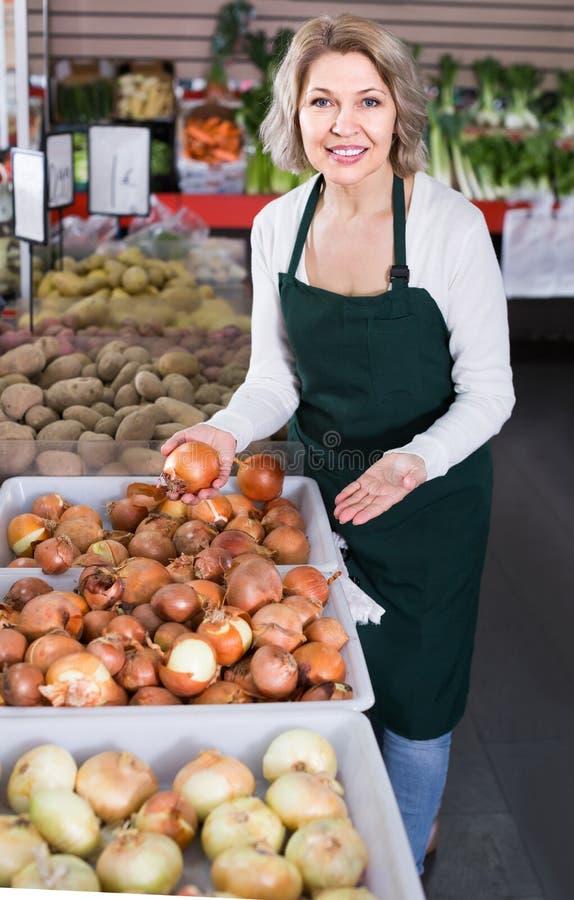 Download Portrait De Femme Vendant Des Légumes Dans L'épicerie Et Le Sourire Photo stock - Image du vieux, européen: 76080678