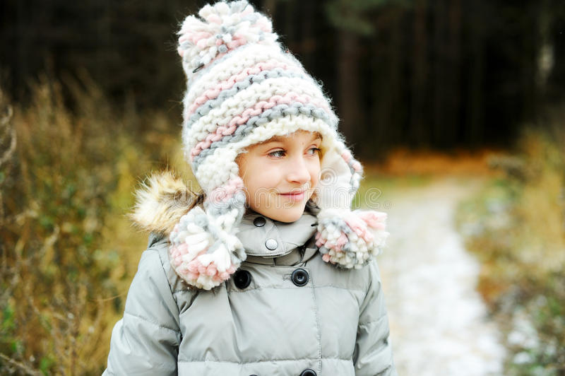 Portrait de fille adorable extérieur en parc d'hiver images stock