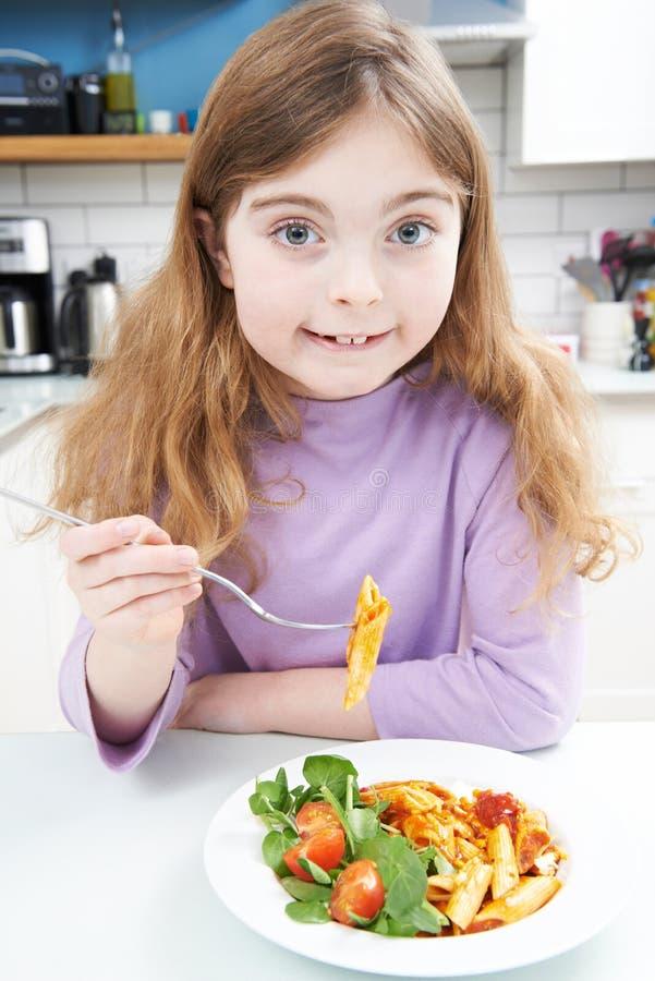Portrait de fille appréciant le repas sain à la maison photo stock