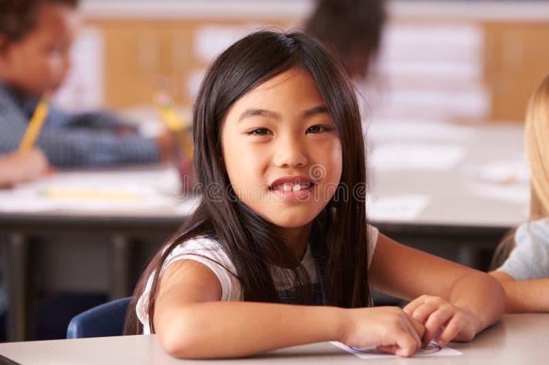 Portrait de fille asiatique dans la classe d'école primaire image stock