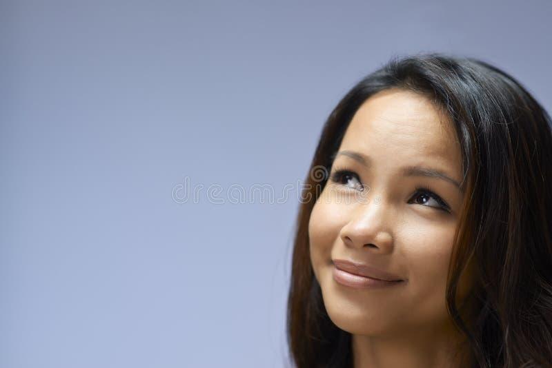 Portrait de fille asiatique recherchant et souriant images stock