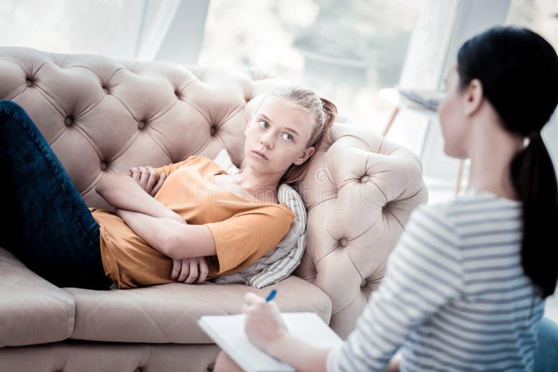 Portrait de fille attentive écoutant le psychologue photos libres de droits