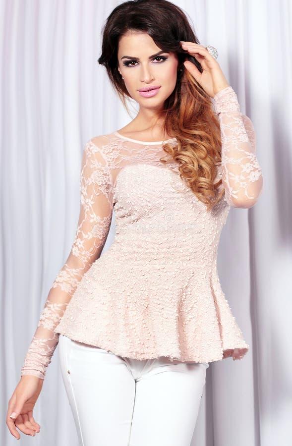 Portrait de fille attirante dans des vêtements à la mode. images stock