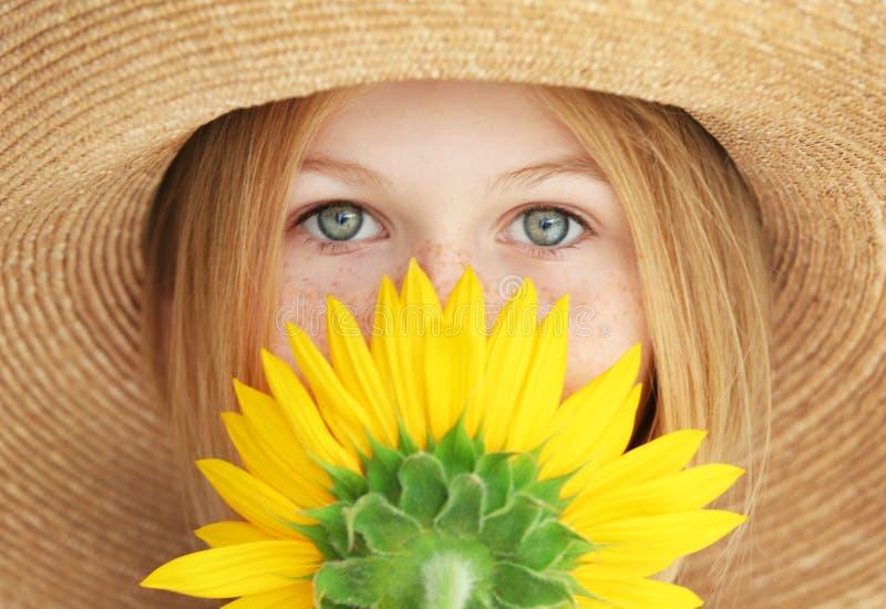 Portrait de fille attirante dans le chapeau de paille avec le tournesol, plan rapproché photographie stock libre de droits