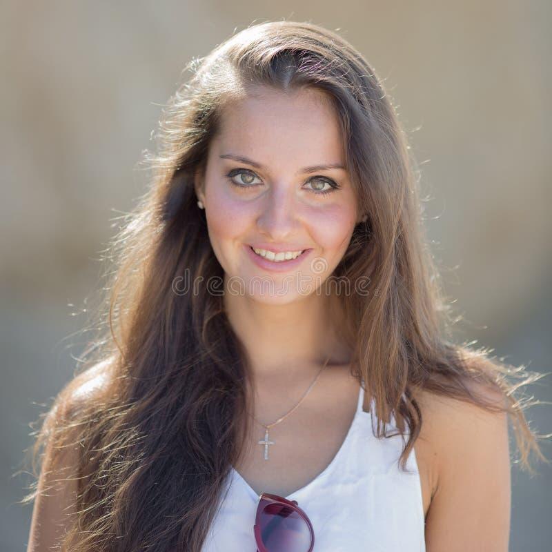 Portrait de fille aux cheveux longs dans le blanc images stock