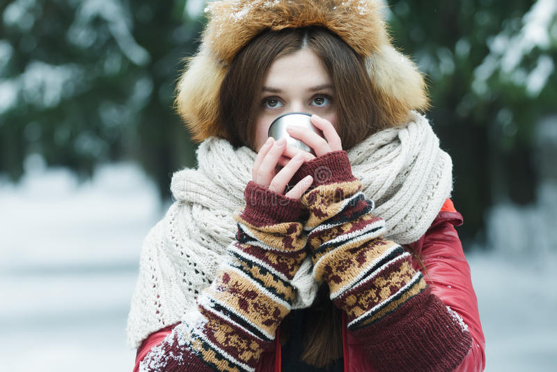 Portrait de fille avec cacher son visage derrière photo stock