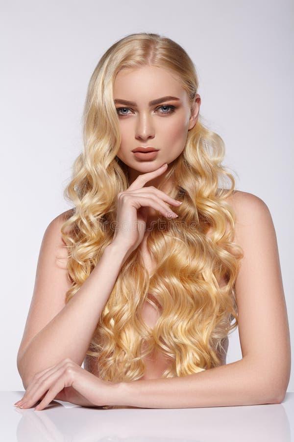 Portrait de fille avec le long maquillage de cheveux bouclés et de soirée photographie stock libre de droits