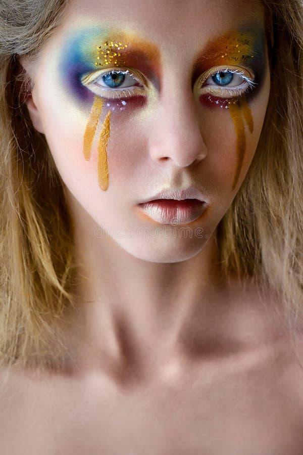 Portrait de fille avec le maquillage coloré créatif d'arc-en-ciel image stock