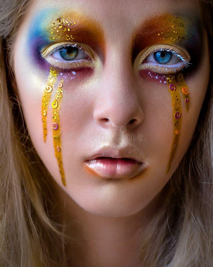 Portrait de fille avec le maquillage coloré créatif d'arc-en-ciel images stock