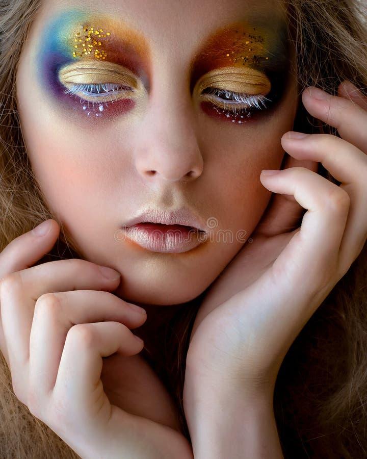 Portrait de fille avec le maquillage coloré créatif d'arc-en-ciel photos stock