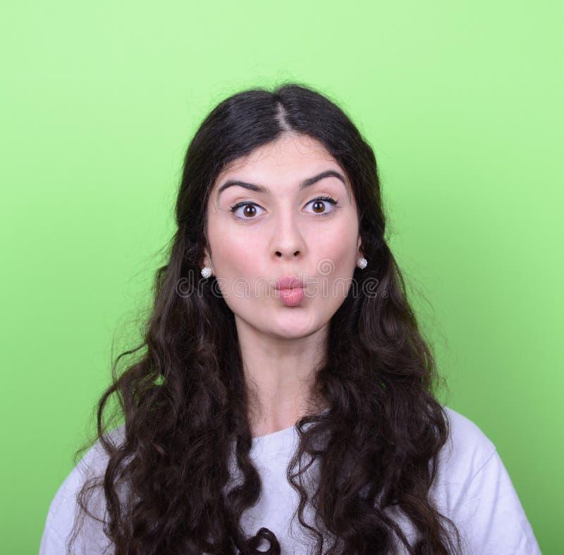 Portrait de fille avec le visage drôle sur le fond vert photos stock