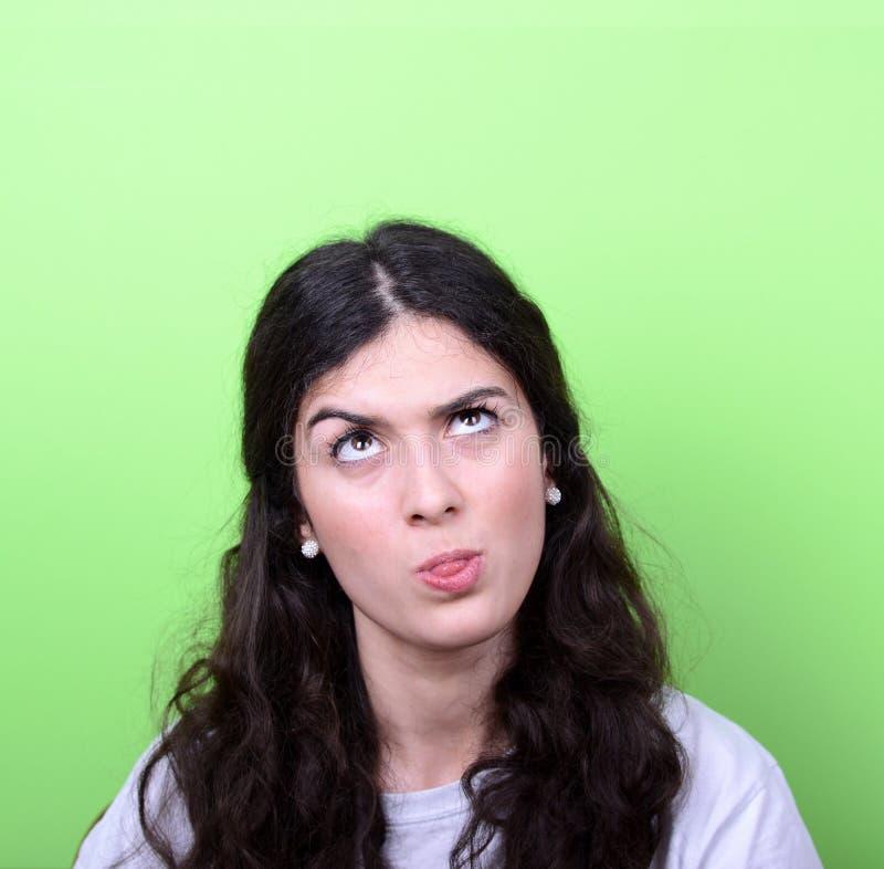 Portrait de fille avec le visage drôle sur le fond vert photo stock
