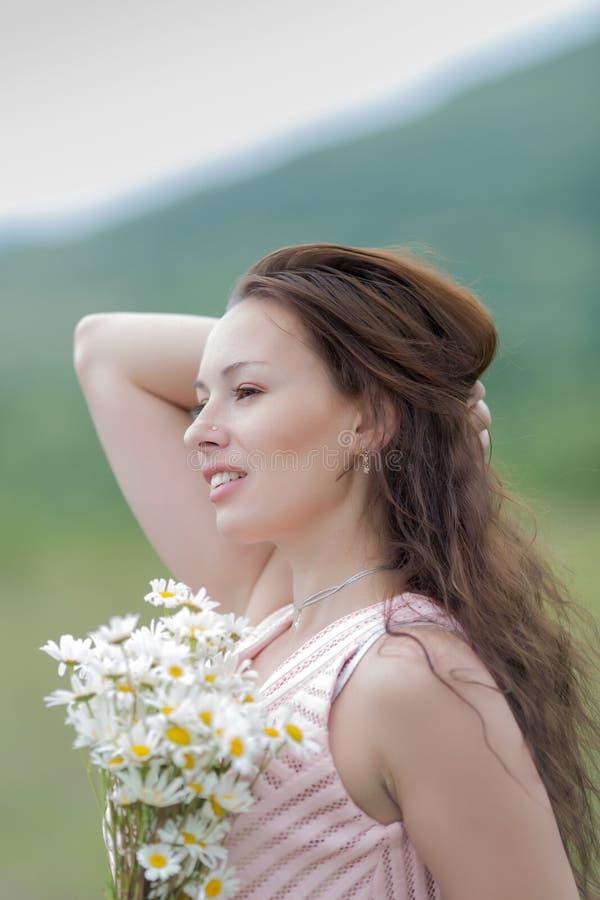 Portrait de fille avec les cheveux lâches dehors photos libres de droits