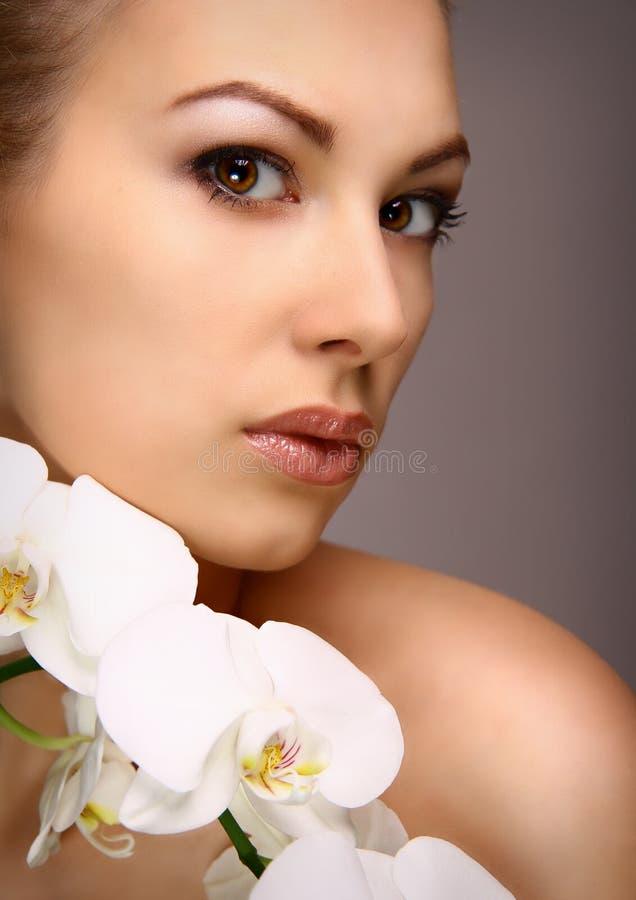 Portrait de fille avec les fleurs blanches d'orchidée images libres de droits