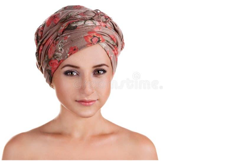Portrait de fille blanc-pelée dans un turban femme caucasienne avec photos stock
