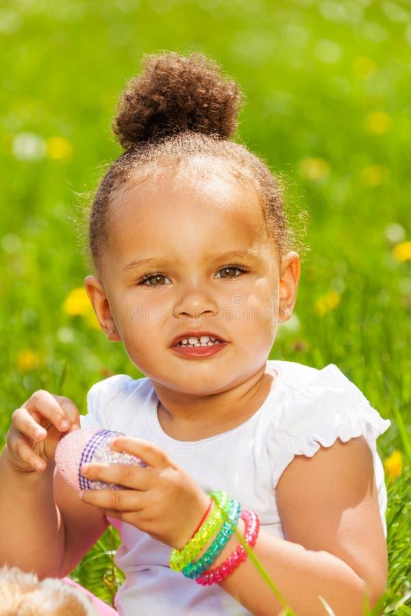 Portrait de fille bouclée mignonne avec l'oeuf oriental photographie stock libre de droits