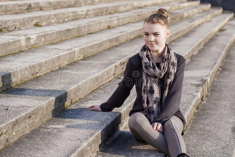 Portrait de fille caucasienne adolescente de sourire sur des escaliers image libre de droits
