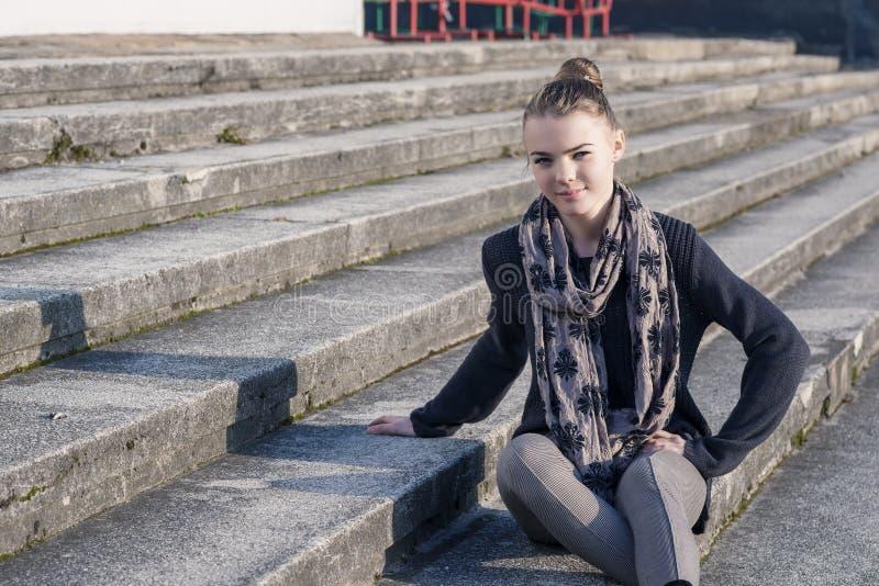 Portrait de fille caucasienne adolescente de sourire sur des escaliers photos stock