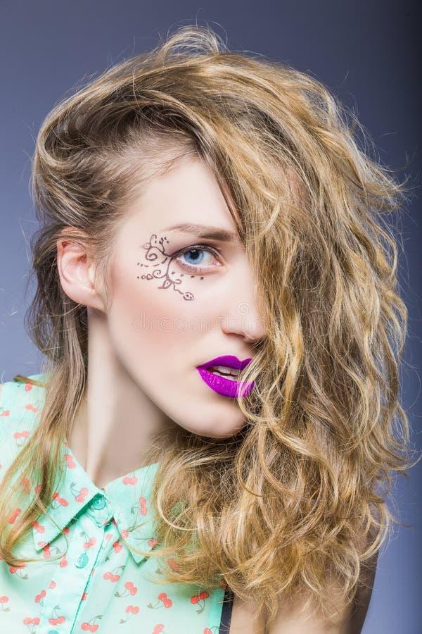 Portrait de fille caucasienne passionnée de brune avec les cheveux en désordre et le maquillage facial vif images libres de droits