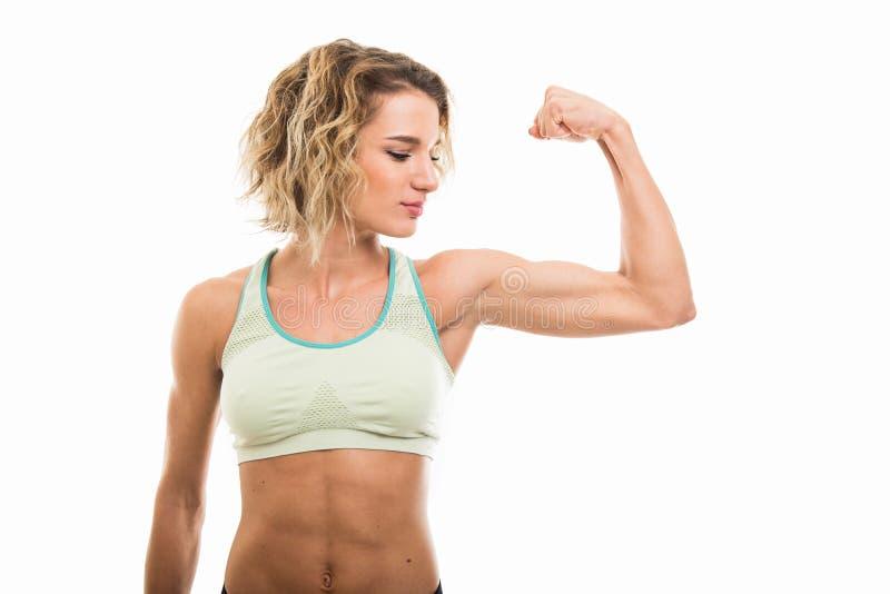 Portrait de fille convenable montrant son biceps photographie stock libre de droits