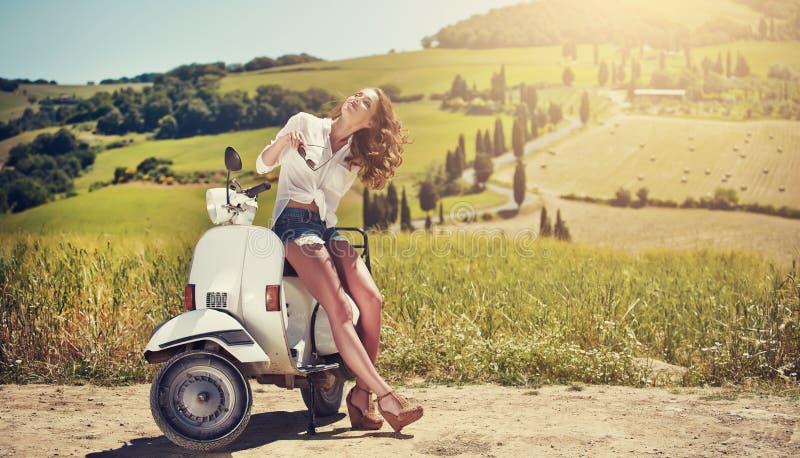 Portrait de fille d'été sur le scooter photographie stock libre de droits