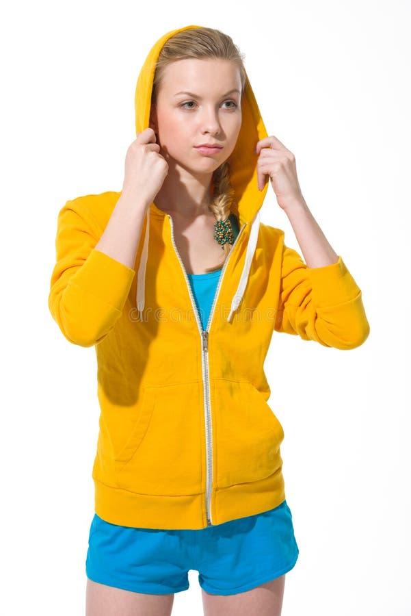 Portrait de fille d'adolescent ajustant le capot drapé images libres de droits