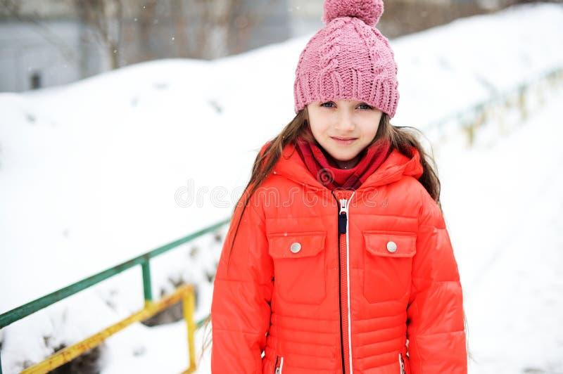 Portrait de fille d'enfant dans des vêtements d'hiver images libres de droits
