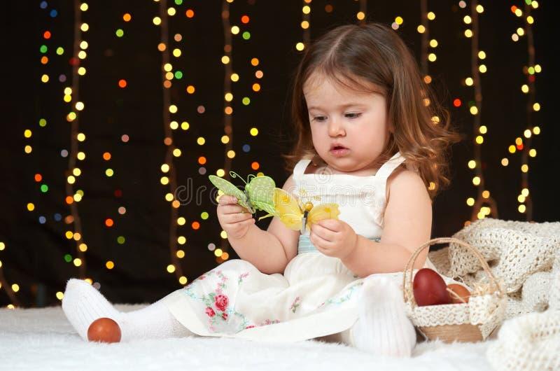 Portrait de fille d'enfant en décoration de Noël, émotions heureuses, concept de vacances d'hiver, fond foncé avec l'illumination image libre de droits