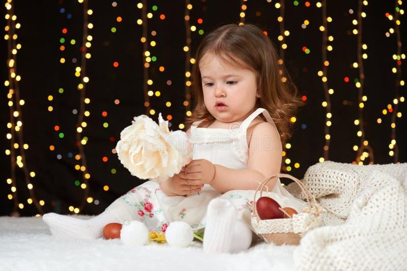 Portrait de fille d'enfant en décoration de Noël, émotions heureuses, concept de vacances d'hiver, fond foncé avec l'illumination image stock