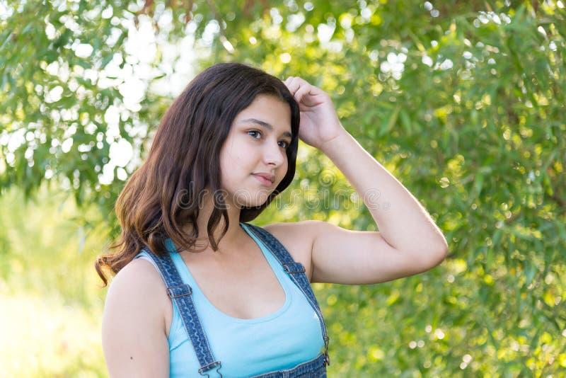 Portrait de fille de l'adolescence rêvant en nature photo stock