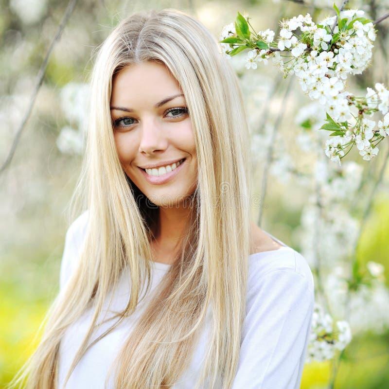 Portrait de fille de ressort de beauté au-dessus d'arbre de floraison photo libre de droits