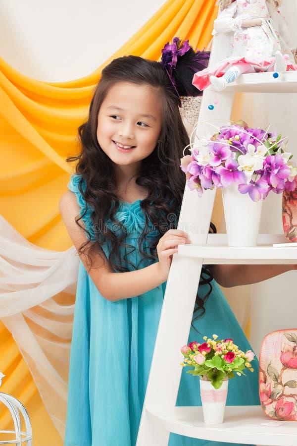 Portrait de fille de sourire adorable dans la robe bleue image stock
