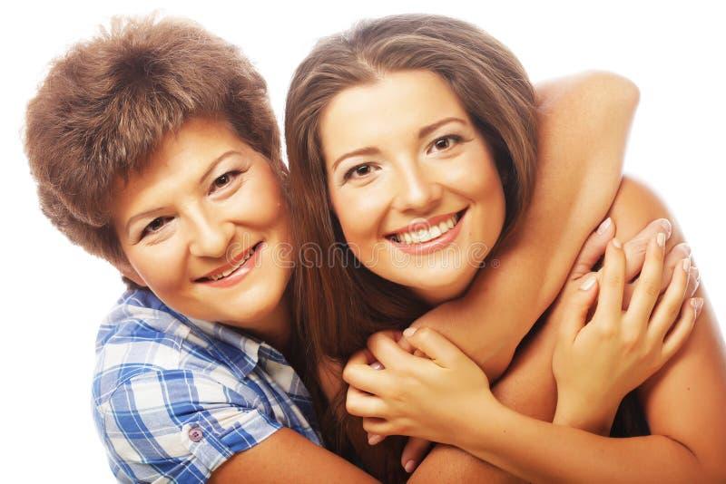Portrait de fille embrassant sa mère photographie stock libre de droits