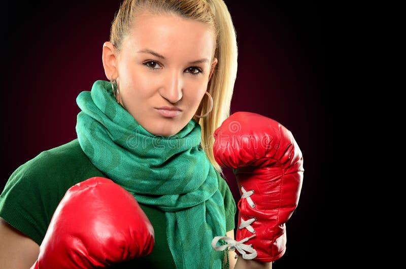 Portrait de fille fâchée avec des gants de boxe photo stock