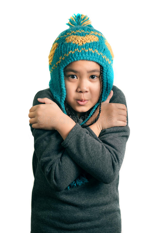 Portrait de fille froide d'enfant heureux adorable dans le chapeau chaud image libre de droits